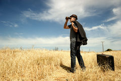 Mann mit Ferngläsern auf einem Gebiet stockbilder