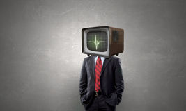 Mann mit Fernsehen anstelle des Kopfes Gemischte Medien Gemischte Medien stockbilder