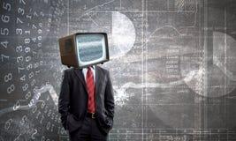Mann mit Fernsehen anstelle des Kopfes Gemischte Medien Gemischte Medien stockbild