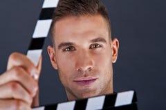 Mann mit Filmklatschen Stockbilder