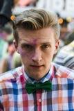 Mann mit Fliege passt Festival von Farben auf Lizenzfreie Stockbilder