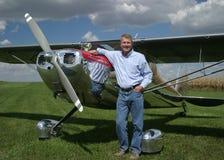 Mann mit Flugzeug Lizenzfreies Stockbild