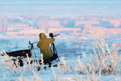 Mann mit Fotokamera auf dem Stativ, der timelapse Fotos in der arktischen Tundra macht Lizenzfreies Stockfoto
