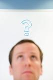 Mann mit Fragezeichen über seinem Kopf stockbild