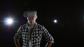 Mann mit Freude aufpassend in Gläser der virtuellen Realität Schwarzer Hintergrund stock video footage