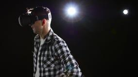 Mann mit Freude aufpassend in Gläser der virtuellen Realität schwarzes Studio stock video