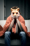 Mann mit Fuchsmaske Stockfoto