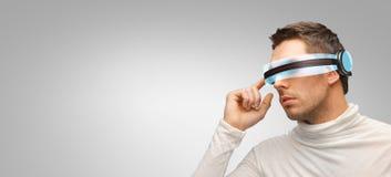 Mann mit futuristischen Gläsern 3d und Sensoren stockfotos