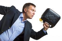 Mann mit Gasdose benötigt dringenden Kraftstoff stockfoto