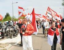 Mann mit Gasmaske in der Mitte als Mengenprotest Stockbilder