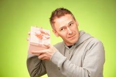 Mann mit Geschenk lizenzfreie stockbilder
