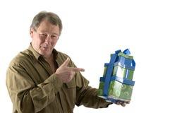 Mann mit Geschenkgeschenken stockbild