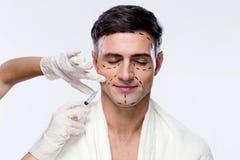 Mann mit geschlossenen Augen an der plastischen Chirurgie Stockbilder