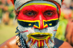 Mann mit Gesicht in den Farben in Papua-Neu-Guinea Lizenzfreies Stockbild