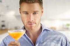 Mann mit Getränk lizenzfreie stockfotos