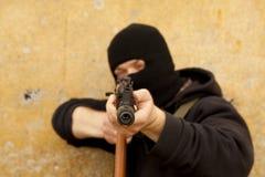 Mann mit Gewehr lizenzfreies stockbild