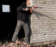 Mann mit Gewehr Stockfoto