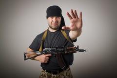 Mann mit Gewehr Stockfotografie