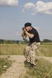Mann mit Gewehr Stockfotos
