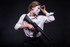 Mann mit Gewehr in den Händen als Pantomimeschauspieler stockfotos