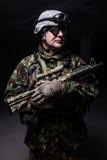 Mann mit Gewehr in der Uniform stockfoto