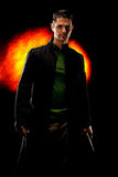 Mann mit Gewehr taucht von den dunklen Schatten auf Stockfotos