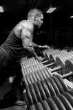 Mann mit Gewichten Lizenzfreie Stockfotografie
