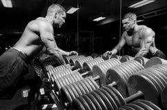 Mann mit Gewichten Stockbilder