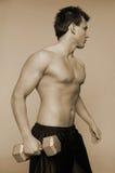 Mann mit Gewichten Stockfotografie