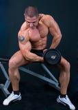 Mann mit Gewichten eines Stabes in den Händen lizenzfreie stockfotografie