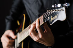 Mann mit Gitarre während des Konzerts Stockbild