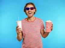 Mann mit Gläsern 3D, Popcorn und Getränk während der Kinoshow stockfotografie