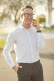 Mann mit Gläsern sprechen am Handy in den Händen Stockfotografie