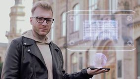 Mann mit Gläsern zeigt Server eines Begriffshologrammnetzwerkspeichers stock video footage