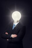 Mann mit Glühlampe-Kopf Stockfotos