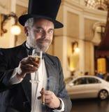 Mann mit Glas und Zigarre Stockbilder