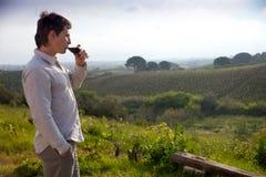 Mann mit Glas Wein stockbild