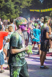 Mann mit glases haben Spaß während des Festivals der Farbe Lizenzfreie Stockbilder
