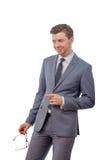 Mann mit Gläsern in einer Bindung lächelnd und ihren Finger zeigend Lizenzfreie Stockbilder