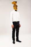 Mann mit goldener Verpackung auf dem Kopf Stockbilder