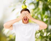 Mann mit grünem Apfel auf seinem Kopf Stockfotografie