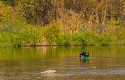 Mann mit grünem Korbfischen in Kumgang-Fluss Stockfotos