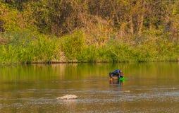Mann mit grünem Korbfischen in Kumgang-Fluss Lizenzfreies Stockbild