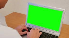 Mann mit grünem Schirm-Laptop stock video