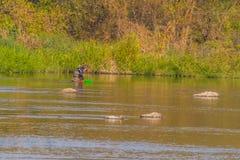 Mann mit greeen baske Fischen in Kumgang-Fluss Lizenzfreie Stockbilder