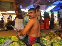 Mann mit großem Messer am Markt (Sri Lanka) Lizenzfreie Stockfotos