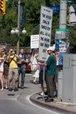Mann mit großem Protest-Zeichen bei Pride Parade Stockfoto