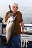 Mann mit großen Fischen - König Lachs Lizenzfreie Stockbilder