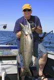 Mann mit großen Fischen - See-Ontario-König Lachs Lizenzfreies Stockfoto