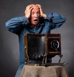 Mann mit hölzerner Fotokamera der Weinlese Lizenzfreie Stockbilder